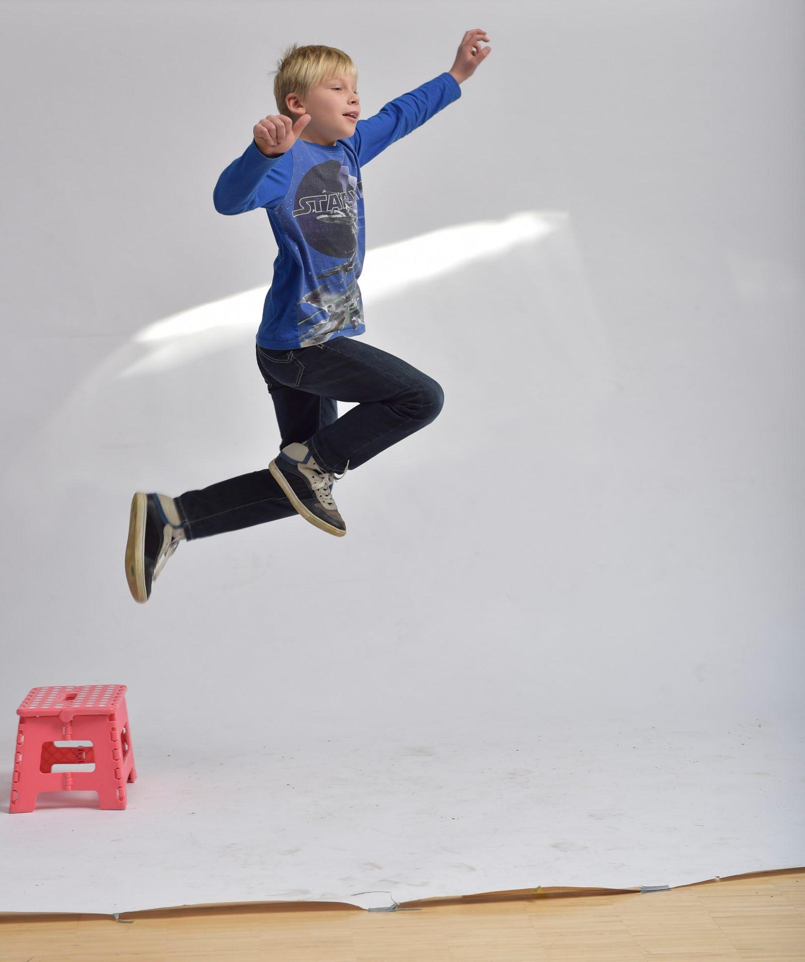 Springender Junge für Fotomontage - Typoly