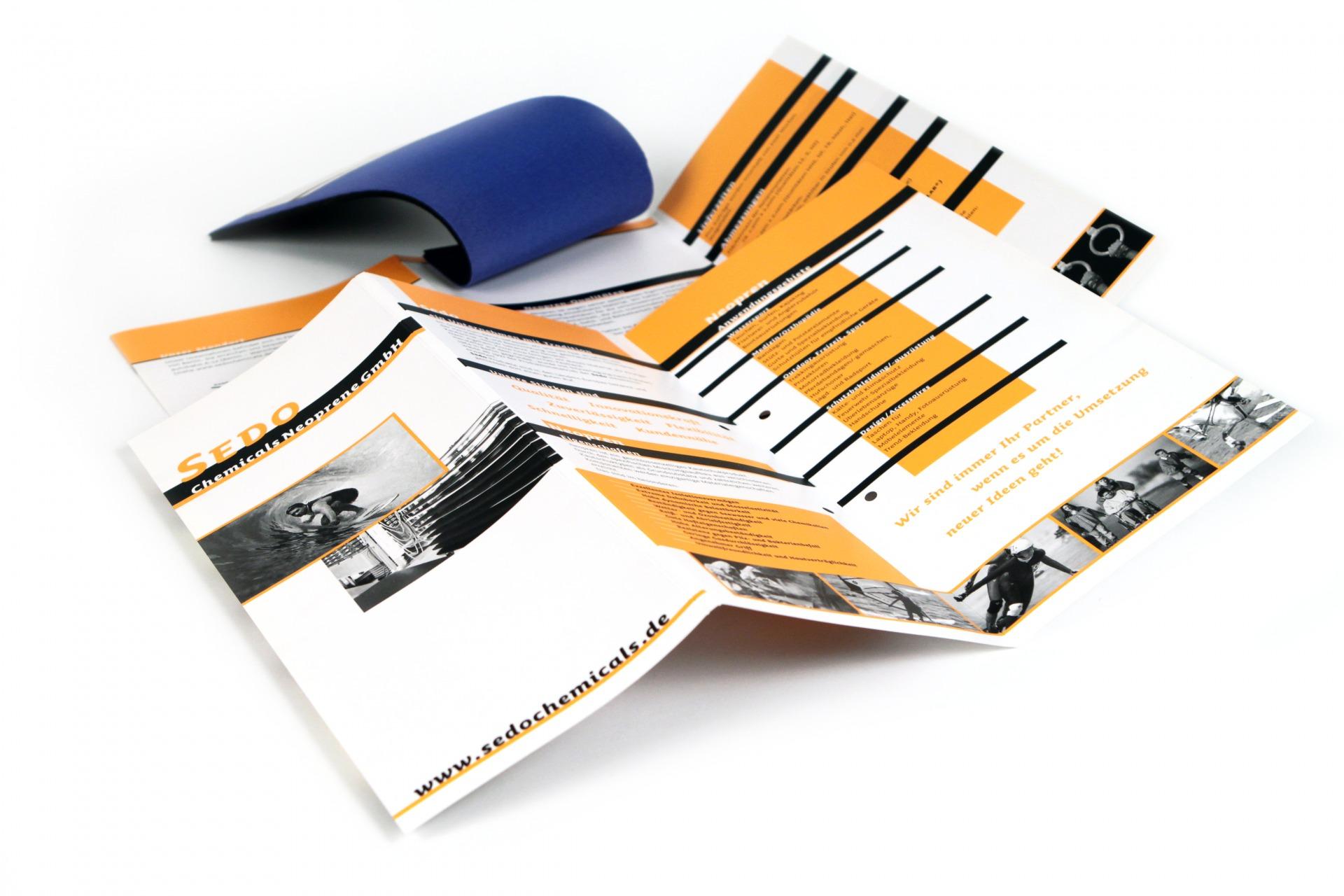 Produktflyer mit Muster im Corporate Design - Typoly