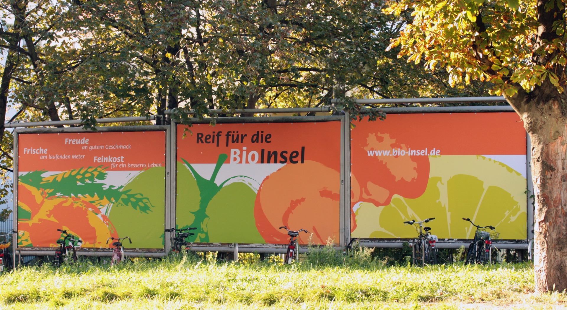 Werbung mit Großen Plakaten vor der BioInsel - Typoly