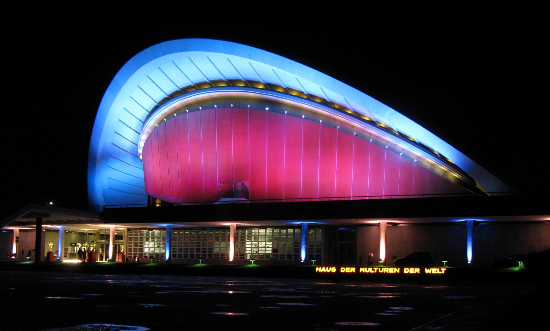 Das Haus der Kulturen der Welt erstrahlt in den Farben des Events